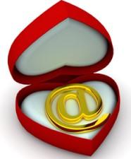 """Czerwone pudełeczko w kształcie serca ma w środku znak: """"@"""""""