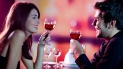 Para wznosi toast w restauracji