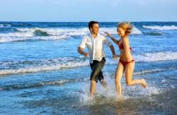 Dwoje szczęśliwych ludzi biegnie w morzu