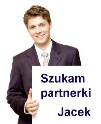 """Jacek trzyma kartkę z napisem: """"Szukam partnerki"""""""