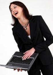 Śmiejąca się kobieta z laptopem