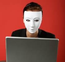 Anonimowa kobieta serfuje w internecie
