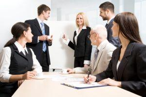 grupa biznesowa dyskutuje o efektach swojej pracy