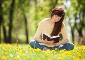 Kobiety czytają więcej, mężczyźni coraz mniej. Raport.